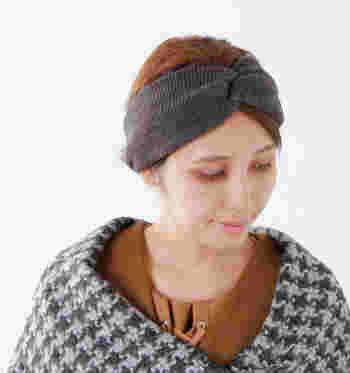 ■ターバン■  帽子以外で季節感を取り入れたい時には、ヘアアレンジも楽しめるターバンはいかがでしょうか。顔周りの後れ毛もしっかりまとまり、おしゃれなまとめ髪をキープできる効果も。あたたかくてほっこりしたニット素材がおすすめです。