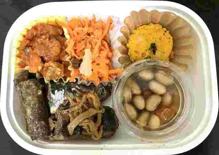 東急東横線の都立大学駅から歩いて3分のところにある「DELI and more HAND(デリアンドモアハンド)」では、手作りのお惣菜が人気です。サイズやおかず、ごはんがセレクトでき、自分好みのお弁当が食べられると好評なんですよ。  揚げ物は冷めてもおいしいように低温調理、生野菜は水分が気にならないようにマリネにするなど、心遣いが詰まっています。
