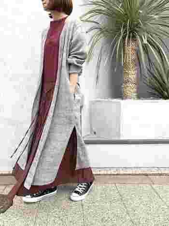 グレンチェックの柔らかなスプリングコートに、ボルドーのワンピースを合わせて女性らしい着こなしに。コットンリネンなら、春の風に優しくなびきます♪