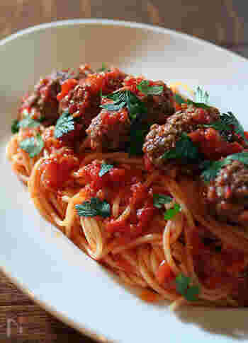 トマトソースにミートボールをプラスした食べ応えのあるトマトベースのパスタ。トマトソースにはお肉をプラスしても魚介をプラスしてボンゴレロッソも楽しめます。