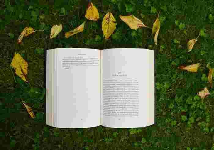 芸術の秋。読書の秋。スマートフォンから溢れ出る情報もありがたいけれど、センスを高めてくれる「本」を見直してみませんか? もっと素敵に暮らしたい。もっと素敵な人になりたい。そんな願いを叶える魔法が、ページをめくれば現れるかもしれません。 今回は、暮らしのセンスを高めてくれる本をご紹介します。
