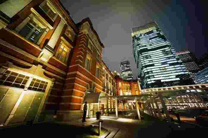 空港も新幹線もすべてアクセス抜群の東京駅の中に位置する「東京ステーションホテル」は、1915年開業。建物自体が重要文化財にも指定されている由緒正しきホテルです。2012年には耐震補強工事を終え、全館リニューアルオープンしました。