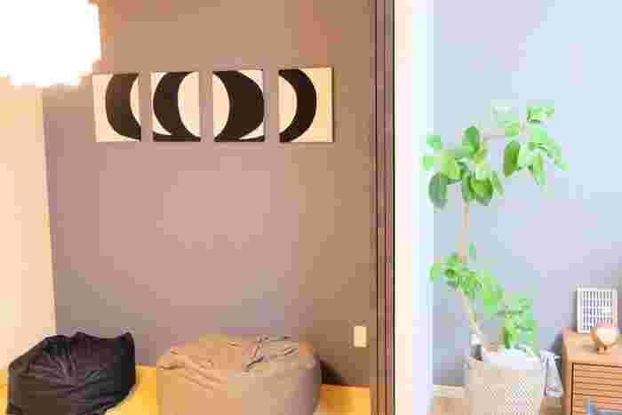 部屋の中にいるとき、わたしたちの視線の7割は壁に向かっているということをご存知ですか?家事をしているときも、くつろいでいるときも、無意識のうちに壁が視界に入っているのです。つまり、気分を上げてくれる「ウォールデコ」があれば、「この部屋にいると楽しい」「この空間は居心地がいい」と潜在意識に働きかけてくれるということ。そんな効果のあるインテリア性の高いアイテムをご紹介します。