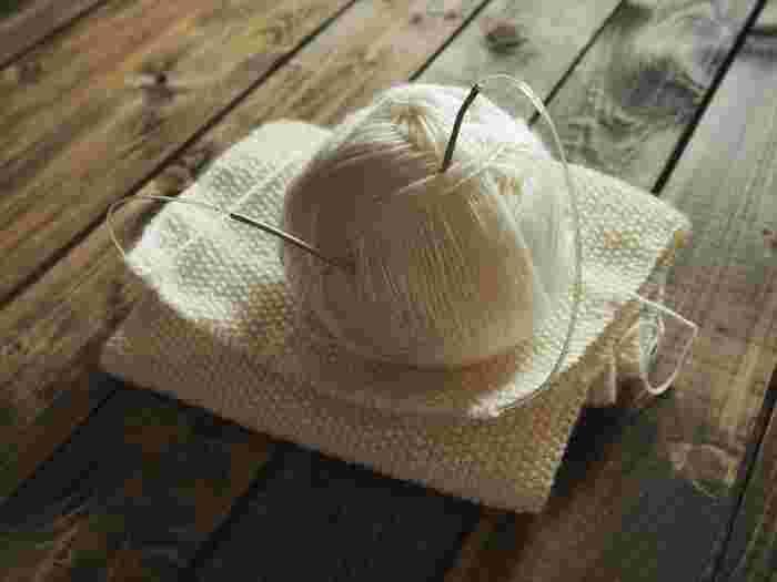 毛糸は仕上がりをイメージして、好きなものを選べば良いのですが、太い糸の方がざっくりと早く編めます。毛足の長いモヘアなどは網目が見づらいですが、網目が乱れても目立たないという利点もあります。
