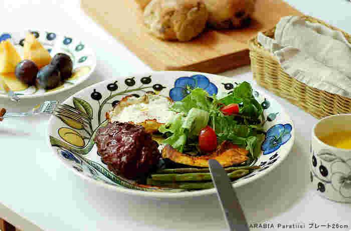 """フィンランド語で""""楽園""""という意味を持つParatiisi(パラティッシ)。シンプルなお料理も大胆なプリントのプレートに盛り付けるだけで、華やかに。植物の生き生きとしたデザインは見ているだけで元気がもらえそう♪"""