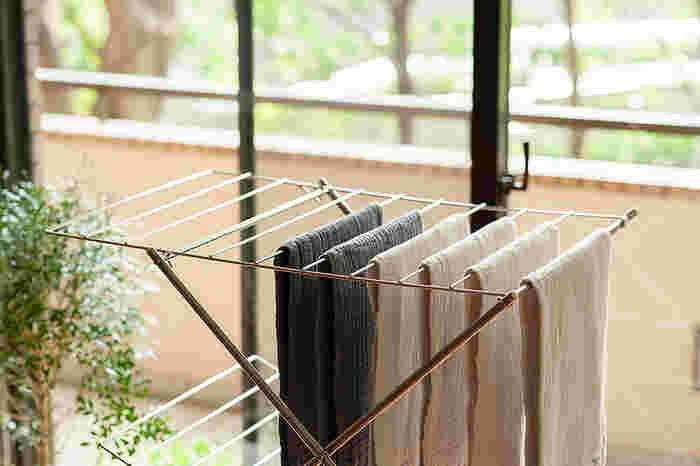 サイズは、2段・3段小・3段大の3種類。フェイスタオルが20枚干せる一番小さな「2段」は、例えばお風呂場や洗面所といった狭いスペースでも活躍できる、コンパクトさが魅力。 フェイスタオル25枚が干せる「3段・小」は、ハンガーにかけた洋服をサイドに引っかけることが出来ます。バスタオルが27枚も干せる一番大きな「3段・大」なら、ハンガーにかけたワンピースやズボンなど丈の長い洋服を引っかけて干すことも出来ます。 全てのサイズともに、デリケートな衣類やセーターなどの平干しにも大活躍。使わない時には小さく折りたたんで、ソファーやベッドの下にスッキリと収納することが出来るので、場所をとりません。
