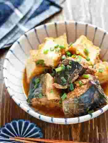 こっくりとした味噌味のサバと厚揚げの煮物です。どちらもそのままでも食べられる素材なので、火を通す時間が短くてすみます。お弁当に入れるときは、しっかりと煮汁を切ってから入れるようにしましょう。