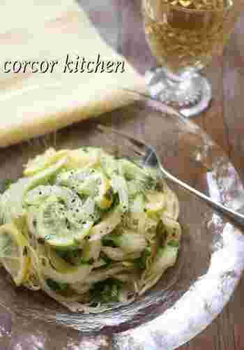 セロリを塩レモンに漬けて味付け。 あとはパスタと混ぜるだけの簡単レシピですが、クセになる味です。