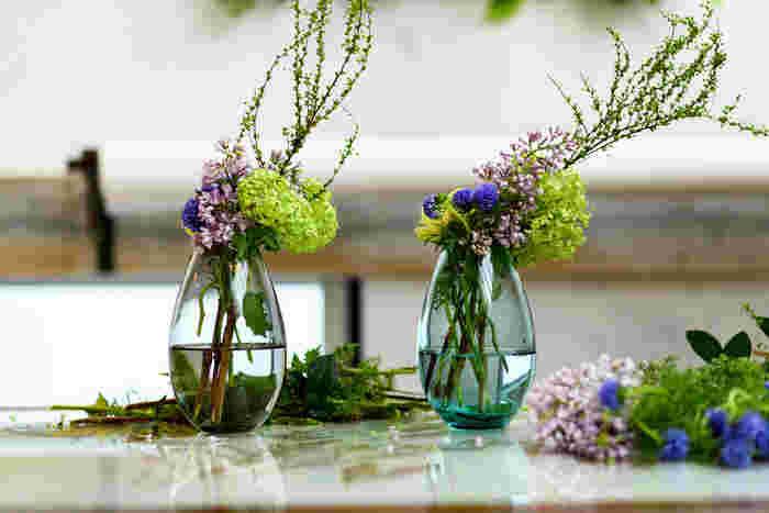 デンマーク王室御用達のグラスウェアブランドHOLMEGAARD(ホルムガード)のフラワーベースは、シンプルで使い勝手よく、洗練されていて、どんな草花にもどんな場にも似合う懐の深さを持っています。こちらの「コクーン」は、裾に向かって柔らかく弧を描くシルエットが美しい。花を一輪だけ生けてもいいし、ボリュームのある草花をアレンジしてもいい。前出の花弁だけを浮かせた演出など、如何様にも化けられる優れものです。