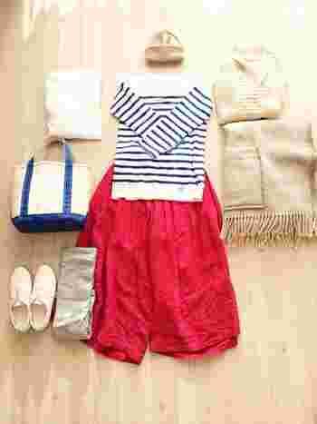 真っ赤なスカートと、オーシバルのブルーの 色合いが爽やかですね。 温かアイテムはナチュラルカラーでまとめて、 秋冬のマリンスタイルに♪