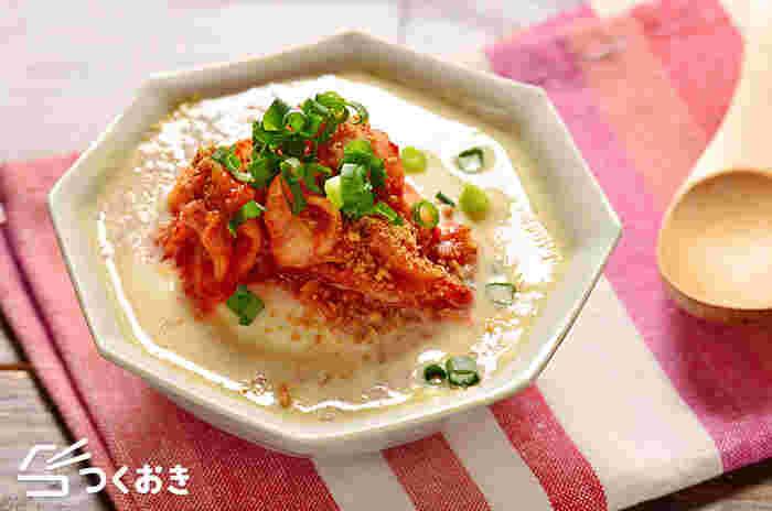 お豆腐はおかずだけでなく、汁物でも役立ってくれます。手間が掛かりそうなこちらのスープですが、なんとレンジで一発で作れてしまう優れた一品。ヘルシーなのに味はしっかり!豆腐と豆乳、2種の大豆製品を使ったお腹も膨れるお役立ちレシピです。