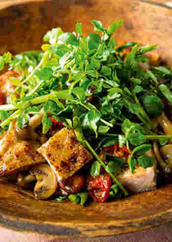 カリッとグリルしたチキンと、キノコ類にクレソンをのせた食べ応えのあるサラダです。濃厚で奥深い味わい、バルサミコを使ったドレッシングがぴったり。おもてなしにもおすすめの一品です。