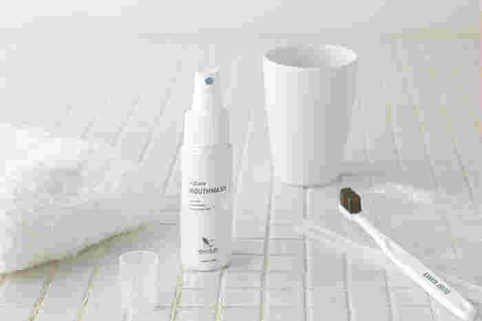 ボトルは、歯磨き前に約10mlとり、1分ほど口の中をすすぎます。持ち運びに便利なスプレータイプは、舌に向かって2~3回噴射したら、口の中で約1分間すすぐだけで、ボトルタイプと同じ効果が期待できて◎。