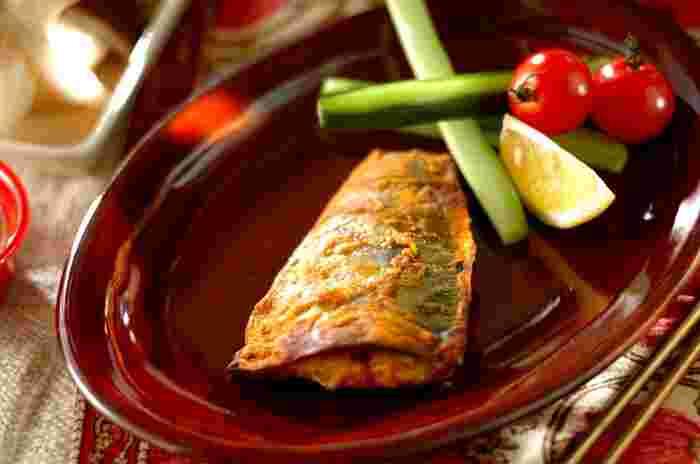 ヨーグルトは、魚や肉を漬けるときにも使えます。こちらは、カレー粉やスパイスなどを一緒に混ぜ合わせた「カレーヨーグルトソース」にサバを漬けたレシピ。ソースは洗い流さずに、オーブンでそのまま焼き上げましょう♪