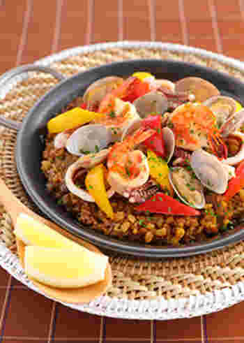 えびやいかなどの魚介を使ったカレーパエリア。あさりの蒸し汁なども加え、うまみたっぷり。赤や黄色のパプリカを使って、夏らしい色鮮やかなごちそうに。