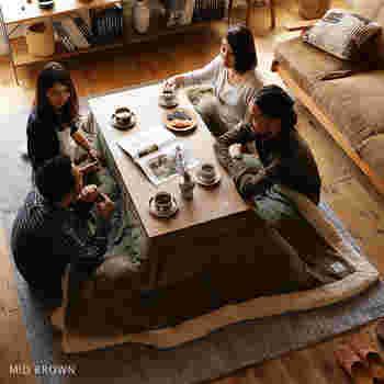 ファミリー世帯や来客がよくあるご家庭におすすめなのは、幅120cmくらいのこたつです。2~4人がゆったり座れるサイズで、食卓としても使えますよ。