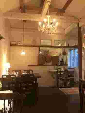 ヨーロッパのおうちにおじゃましたようなおしゃれな店内。築60年以上の物置をリノベーションした建物とは思えないほど、洗練された雰囲気は、大人のカフェタイムにぴったりです。