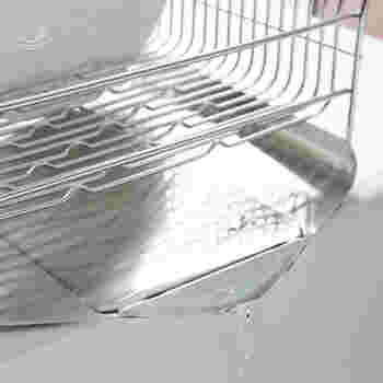 真ん中に水が集まるよう設計されたトレイ。中心に向かって緩やかに角度をつけ、最後は下向きに折り込むことによって水の流れをスムーズにしてくれます。