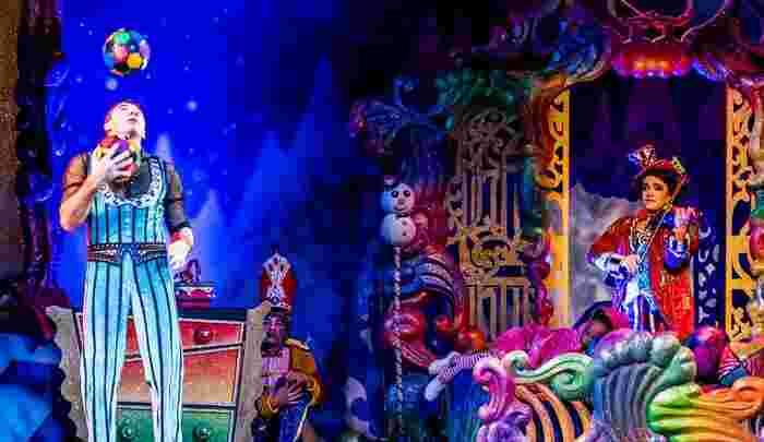 華やかな舞台に足を運んでみると、舞台の躍動感に心が動かされます。客席数によって、舞台までの距離感も大きく違います。有名俳優さんが出ている大きな舞台はもちろんのこと、小さな芝居小屋のお芝居も臨場感があって面白いものです。