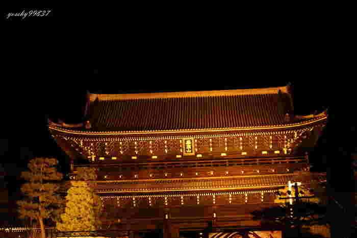 1621年に建立された知恩院の三門は高さ24メートル、幅50メートルを誇る巨大な門で、堂々たる姿を参拝者に魅せてくれます。国宝に指定されている三門は、夜の知恩院境内が魅せてくれる幻想的な世界への誘導口です。