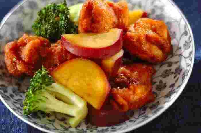 市販のから揚げをほんのひと手間でグレードアップできるメープルしょうゆ。しょうゆとメープルシロップをシンプルに混ぜただけでコクと風味は豊かに美味しく変身♪プラスアルファでお野菜を添えて彩りもアップ。