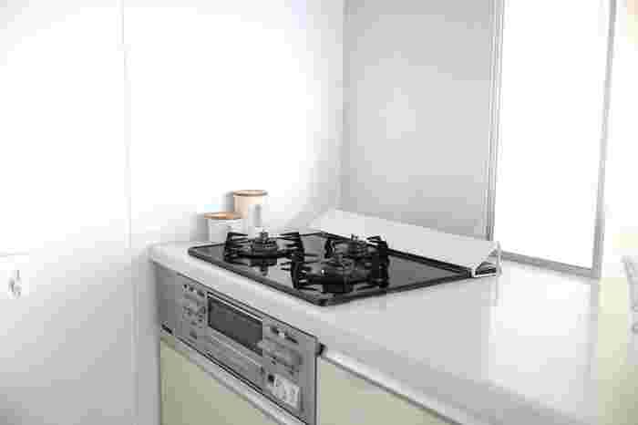 コンロの周りの油跳ねは必ず落としておきたいもの。キッチンペーパーで油のギトギトを拭きとってから水拭きをすれば、布巾もあまり汚れません。