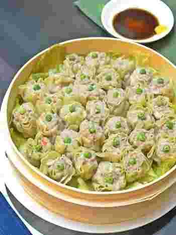 せっかく中華蒸籠があるのなら、中華点心を。出来立てのシューマイほど美味しいものはありません。 蒸籠で蒸すと、中華点心の美味しさが引き立ちます。  このシュウマイ、丸い形のクッキーカッターを利用して包んでいるそうです。その包み方が簡単で秀逸!