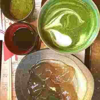 清水寺門前の「普門庵 お福の里」。和菓子の土産処「一の菓匠」に併設されているカフェ「二の茶寮」は、「わらびもち」スイーツの専門店。やわやわとしたわらび餅は、透明感抜群で、上品な甘さで美味しいと評判。