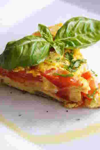 夏野菜の代表・トマトを丸ごと1個使ったフリッタータレシピ。オリーブオイルやパルメザンチーズを使用しているため、ワインのお供にもぴったりです。バジルも加えて、風味をアップ。トマトの甘酸っぱさが、たまらない一品です。