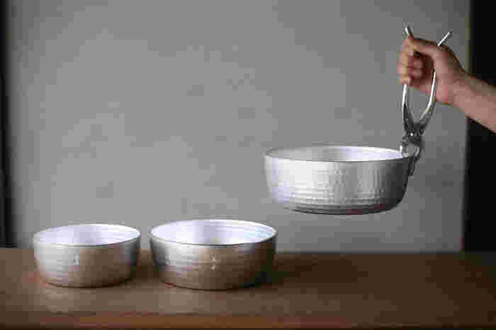 寛政4年(1792年)に創業し、さまざまな生活の道具を提供している「木屋」。アルミ製のやっとこ鍋は、熱伝導性が高いのが特徴で、すぐに素材に熱が入ります。