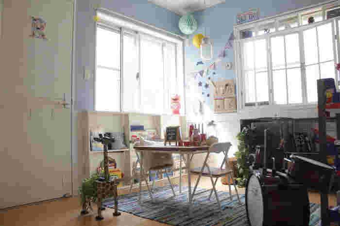 もちろん、男の子のお部屋も。パステルブルーの壁紙に、赤や青を使ったガーランドが映えています。