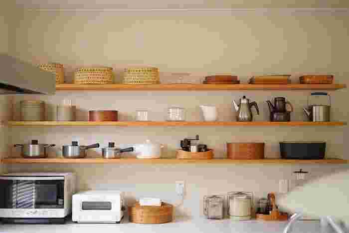 木製のプレートやお気に入りのキッチンアイテムをディスプレイのようにしまっています。見せたくなるようなデザインの食器がある場合は、ウォールラックで見せる収納にすると素敵♪