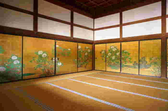 宸殿のハイライトは、33畳もある「牡丹の間」。襖絵は、狩野山楽筆。高い天井は、格天井の中にさらに細かい格子が組込まれている「折上小組格天井」となっており、建築の細部まで見事。