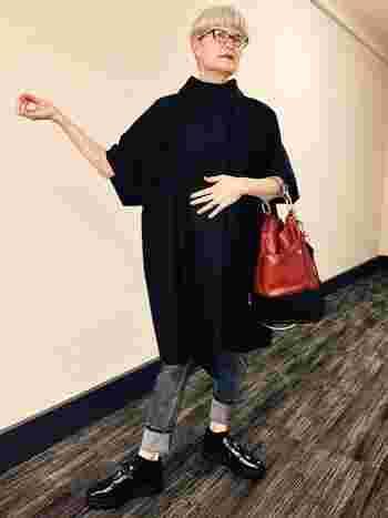 グレイヘアのショートスタイルは、モードなファッションとも好相性!真っ赤な口紅やバッグなど、いつもより少しスパイスを効かせたスタイルにも挑戦したくなります。