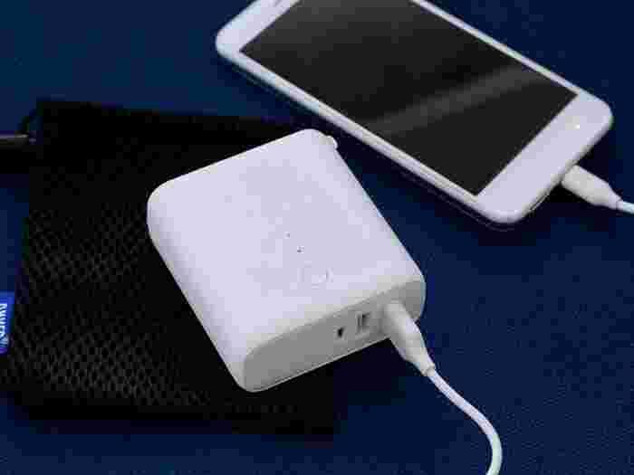 携帯の電源が切れてしまうのが一番心配なことではありませんか。携帯用充電器(モバイルバッテリー)は今や必須アイテムです!こちらはUSBが2本挿せ、スマホなら2回満タンにできます。あまりに安いものは発火の危険性があるので要注意。実は事故が多発したことから、モバイルバッテリーは2019年2月から電気用品安全法(PSE法)の規制対象となり、技術基準を満たし「PSEマーク」を取得した製品以外は製造・輸入・販売不可となりました。購入前に、PSEマークの有無を必ずチェックするようにしましょう。
