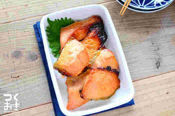 特製の漬けダレに漬け込んでおいて、あとは焼くだけの簡単レシピ。西京漬けと聞くと、一見難しいイメージがありますが、一度作ってみると意外と簡単につくることが出来ます。今日は、きちんと和食のメニューがいいな!そんな時に重宝するメニュー。(冷蔵保存5日・冷凍保存可能)