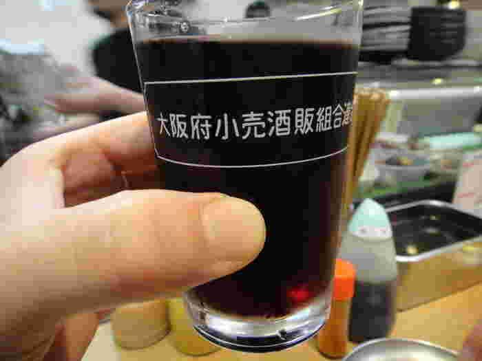 お酒の種類も豊富で、もちろんワインもあります。ワイングラスではなく、レトロなコップにたっぷりそそがれるワインは何と260円!