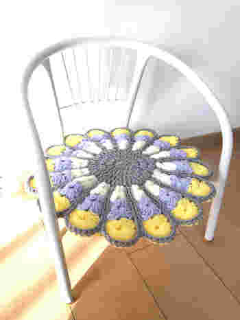 黄色が入っていても、グレーでまとまって落ち着いた雰囲気があります。小さなサイズなのでお子様の豆椅子やスツール用にも◎ 中心の編み方や花びらの枚数など、少し編み方は違いますが配色の参考になりますね。