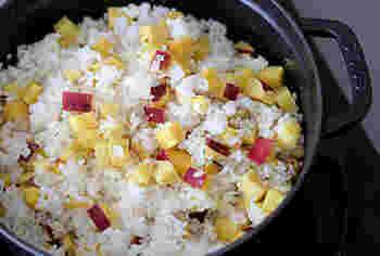 さつまいもの炊き込みご飯。 さつまいもと砂糖、少しの塩だけで、甘味のあるほくほくのご飯の出来上がり♪ストウブをはじめとしたお鍋で炊くとこの上なくおいしい。前出『基本のき・美味しいご飯を炊こう』をご参考に。