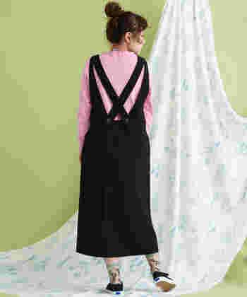 ピンクを合わせることで、強い黒が女性らしくてかわいい雰囲気に。ピンクに苦手意識がある人も、黒と合わせれば使いやすくなりますね。