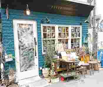 日比谷線の八丁堀駅から歩いて2~3分のところにある「BISTRO ROVEN(ビストロ ローブン)」は、青い壁と白いドアがおしゃれなお店。