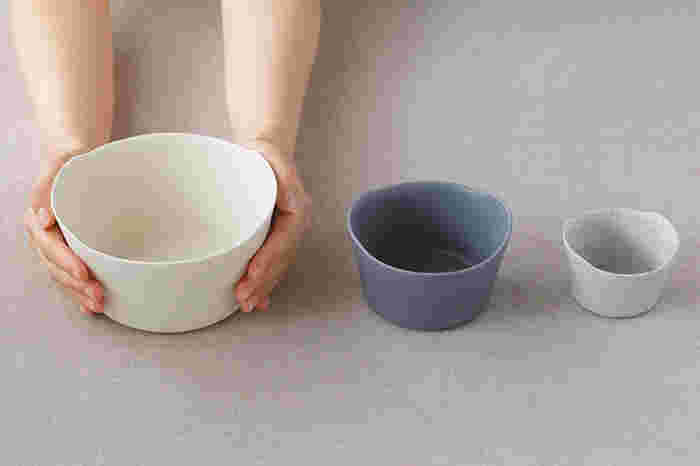 ボウルは「S」・「M」・「L」の3サイズを展開しており、写真中央の「M」は小鉢として使用するのにちょうどいい大きさです。朝食時にはヨーグルトやグラノーラを入れたり、和食の時には酢の物や和え物を盛り付けたりと、シーンに合わせて様々な使い方が楽しめます。同じ「unjour」シリーズのプレートやカップも一緒に揃えておくと、コーディネートの幅がぐっと広がりそうです。