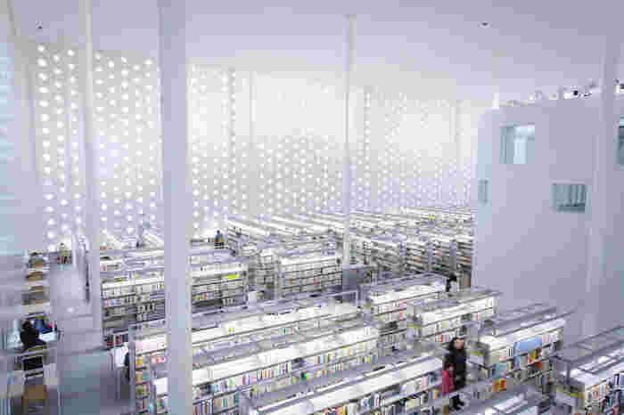 白を基調にした、開放感的な図書スペース。40万冊もの本が収められているとか。
