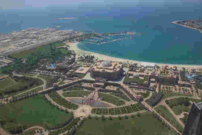 美しい白い砂浜のビーチを持つ、広大な敷地のエミレーツパレスホテルは、アブダビを訪れたなら泊まらなくても一度は訪れたいスポットとして注目されています。