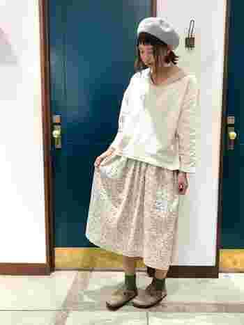 小花柄のスカートは、ベレー帽とセーラーカラーのトップスで可愛らしくまとめて。に、足元はアースカラーで引き締めると、春らしい優しい雰囲気のコーデに仕上がります。