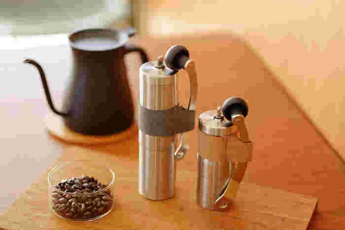 アウトドア用のコーヒー用品は、実は本格的なものが多く、日常でも使わない手はありません。「PORLEX (ポーレックス )」のコーヒーミルは、粉の細かさが調節可能で、刃がセラミック製なので、コーヒーの香りを損なう心配がありません。スタイリッシュでコンパクトな見た目も◎