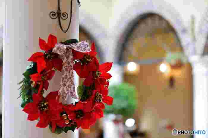 クリスマスといえば赤、緑、白、ゴールド、シルバーなど色々ありますがやはり定番と言うと赤と緑の2色ではないでしょうか。なぜ赤と緑なのかを皆さんは考えたことがありますか?