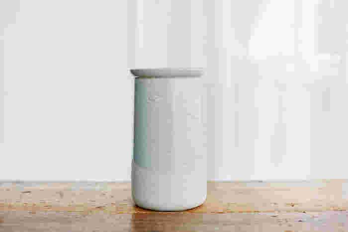 「Clear Gloss×Mat Gray」:同系色を合わせた絶妙な配色。無機質さを感じさせない、あたたかなグレーが魅力です。