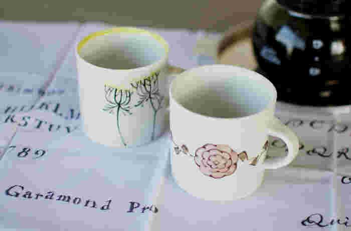 アンティークのような雰囲気のマグカップは、おうちでの大切な時間に寄り添ってくれそう。柄を変えてセットで使っても素敵ですね。