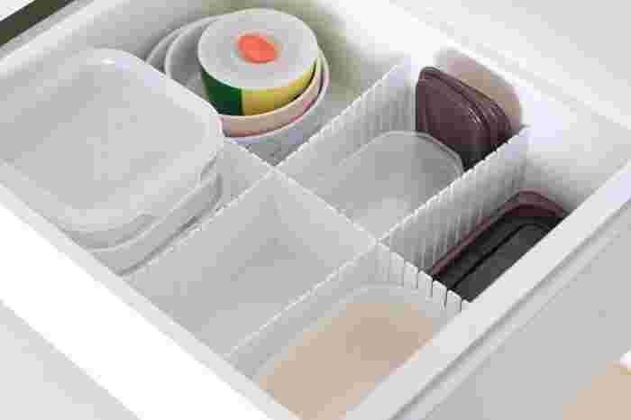 こまごまとしたキッチン用品も、同じ仕切り板を使ってすっきりと◎たくさんあるタッパー類もサイズ別に分けることができるので、目的のモノがすぐに取り出せますよ。